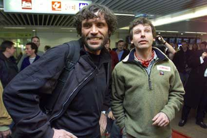 Monday April 6 12.55 / Brussels Zaventem Airport: The team's arrival from Moscow: families and media waiting. First impression: physically, the men do not seem to have suffered too much from their adventure, despite the fact that Alain had lost ten little