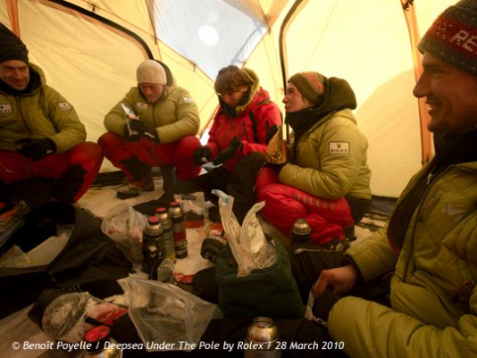 After having received their first resupply, they set off towards Ward Hunt while all the time looking for good places for diving and stopping there as and when necessary. The tent at night : the place to discuss matters of the day.