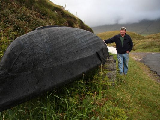 Eddy Hutch is proud that is first work naomohóg has survived the elements. The thick cotton canvas soaked in asphalt is now used instead of the ox skin in seal fat that was used in the Blasket Islands..