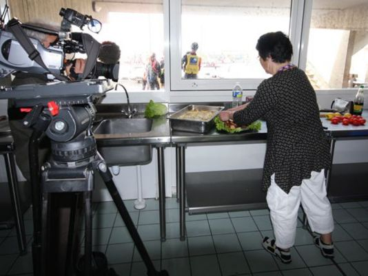 Suffi Grønvold, Hans Grønvold' wife is being filmed by France 3 Normandie, a local TV channel while preparing various dishes made with Flétan.