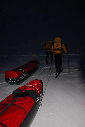 March 1, 2007: the two men take off in the polar night with almost 4000 km of ice before them.
