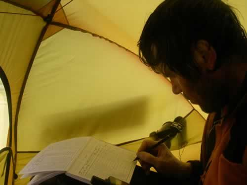 24 May: Every moring and evening, Alain is writing down the technical data (Dansercoer)