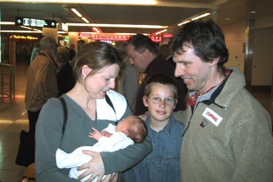 On his arrival at Brussels-Zaventem, Dixie Dansercoer saw for the first time his child who had been born a few weeks earlier, on Friday April 26, while her father was still struggling with the glacial hell of the Arctic pack ice. Thanks to the satellite t